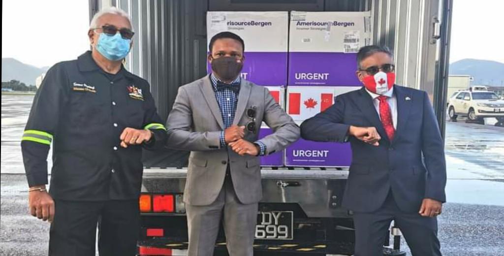 卫生部长Terrence Deyalsingh、外交和加共体事务部长Amery Browne博士以及加拿大驻特立尼达和多巴哥高级专员Kumar Gupta亲自接受了疫苗接种。(图片来源:交通部)