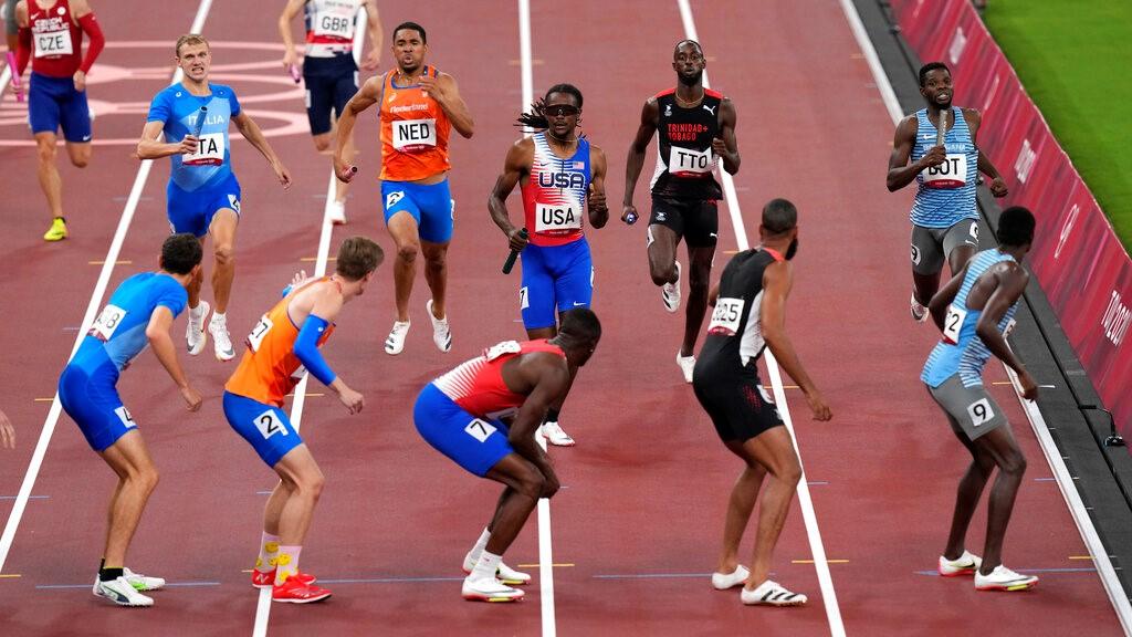 2020年8月6日,在日本东京举行的2020年夏季奥运会男子4 x 400米接力赛半决赛中,选手们准备交接接力棒。(美联社照片/旧金山瑞士