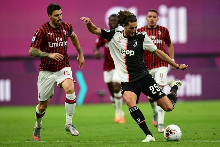 Le milieu français de la Juventus Adrien Rabiot ouvre le score sur le terrain de l'AC Milan, le 7 juillet 2020 au stade San Siro  ( AFP / Miguel MEDINA )