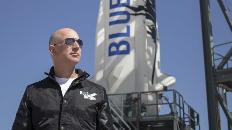 Jeff Bezos à côté de la fusée New Shepard, en avril 2015 au Texas (BLUE ORIGIN/AFP - HO)