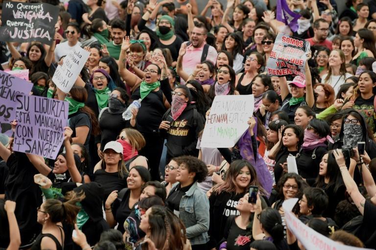 """Des femmes manifestent le 16 août 2019 au Mexique sous le slogan """"Ils ne me protègent pas, ils me violent"""", après le viol de deux jeunes femmes par des policiers à Mexico début août"""