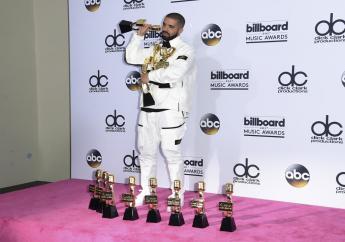 Drake zong het nummer Gyalchester vanaf een podium in het midden van de beroemde fontein van het Bellagiohotel.