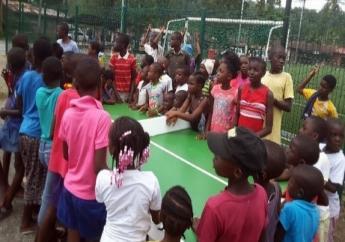 Jongeren van Brokopondo enthousiast bezig met hun eerste slagen met de bat en kleine tafeltennisbal.