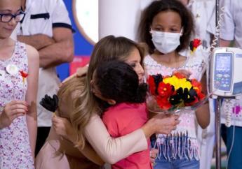 De patiëntjes heetten de presidentsvrouw welkom met een zelfgemaakt papieren boeket in de kleuren van de Belgische vlag. (Foto: de Standaard)