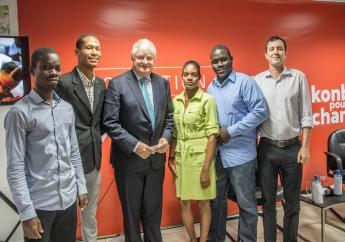Denis O'Brien entourés de plusieurs boursiers    (Photo : Fondation Digicel)