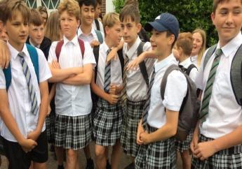 De jongens vonden de lange broeken te warm voor de zomer.