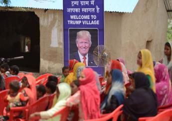 Une  pancarte proclamant «Bienvenue au village Trump», ornée d'une photo du milliardaire américain tout sourire, a été dévoilée dans le hameau. (PHOTO MONEY SHARMA, AFP)