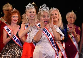 """Carolyn Slade Harden (c) remporte le titre de """"Miss Senior America"""", le 19 octobre 2017 à Atlantic City, dans le New Jersey. AFP / TIMOTHY A. CLARY"""
