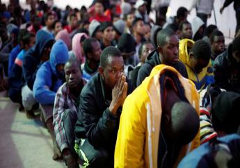 Des migrants sur une base navale à Tripoli, après avoir été secourus en mer par la marine libyenne, le 4 novembre 2017. © REUTERS/Ahmed Jadallah // Source:rfi