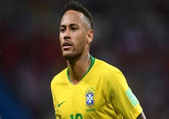 Neymar playing for Brazil.