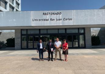 Le nouveau Chargé d'Affaires près le Royaume d'Espagne (2e vers la gauche) pose avec les responsables de l'Université Rey Juan Carlos./Photo: Facebook Ambassade d'Haiti.