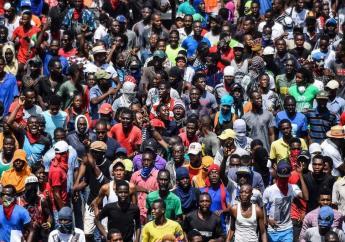 Une immense foule manifestent pour réclamer le départ du président haïtien Jovenel Moise Crédit Photo : AFP