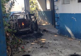 Un véhicule de police incendié sur la cour du sous-commissariat de Léogâne.