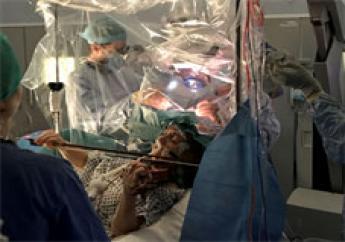Elle joue du violon pendant son opération au cerveau. Photo: AFP