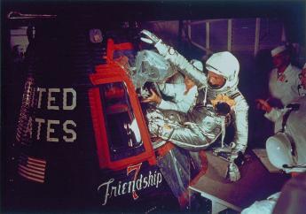 L'astronaute Alan Shepard, premier Américain dans l'espace, soulevé par hélicoptère après son amerrissage dans l'Atlantique le 5 mai 1961 / NASA/AFP/Archives