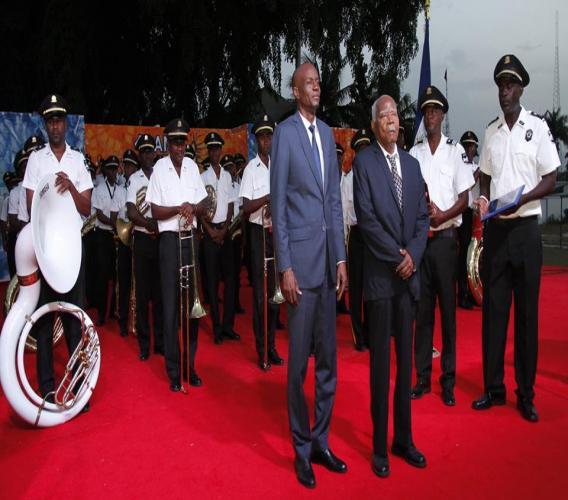 En avant plan, le president Jovenel Moise et  Ipharès Blain, l'un des fondateurs de l'Orchestre de la Garde présidentielle./ Crédit: Facebook Présidence d'Haiti