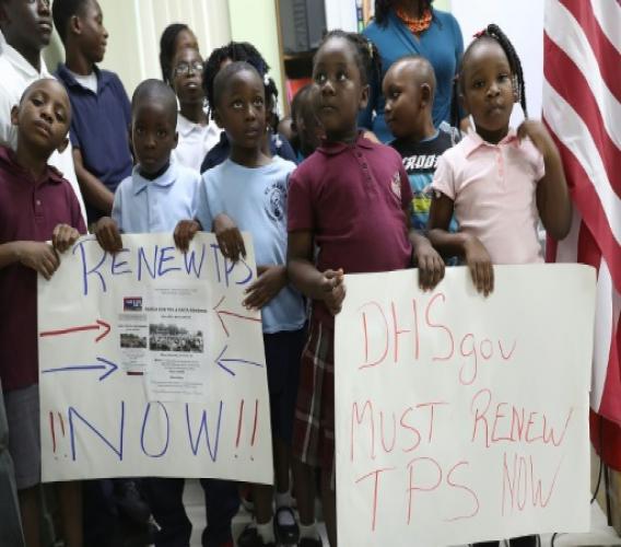 GETTY IMAGES NORTH AMERICA/AFP/Archives / JOE RAEDLE  Des enfants lors d'une manifestation à Miami le 6 novembre 2017 pour demander à l'administration Trump qu'elle renouvelle le Statut de protection temporaire (TPS) couvrant des dizaines de milliers de clandestins