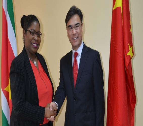 Minister Beighle (BUZA) bij een ontmoeting met de ambassadeur van China, Zhang Jin Xiong. Foto: Gov.sr