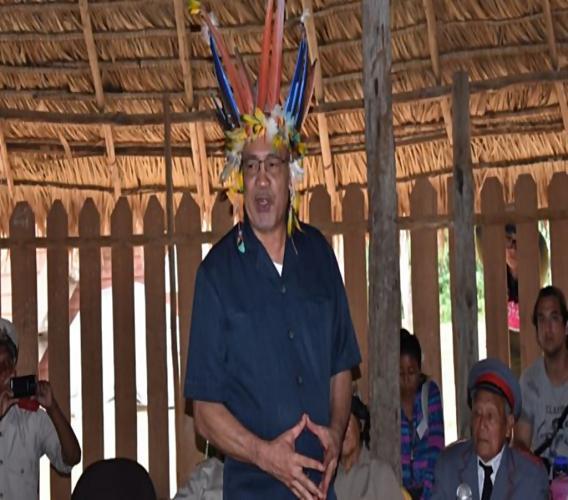 President Bouterse met een traditionele hoofdtooi van de Inheemsen.