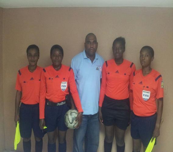 Image de quelques femmes arbitres postant avec leur superviseur. photo. Fédération Haïtienne de Football