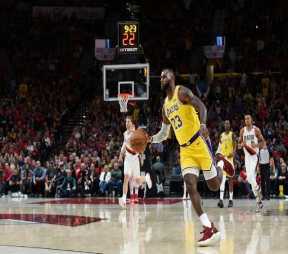 LeBron James s'incline avec les Los Angeles Lakers sur le parquet des Trail Blazers à Portland, le 18 octobre 2018
