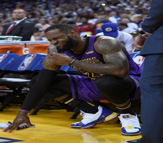 Lebron James des Los Angeles Lakers, blessé, se repose sur le banc, lors du match contre les Golden State Warriors en NBA, le 25 décembre 2018 à Oakland