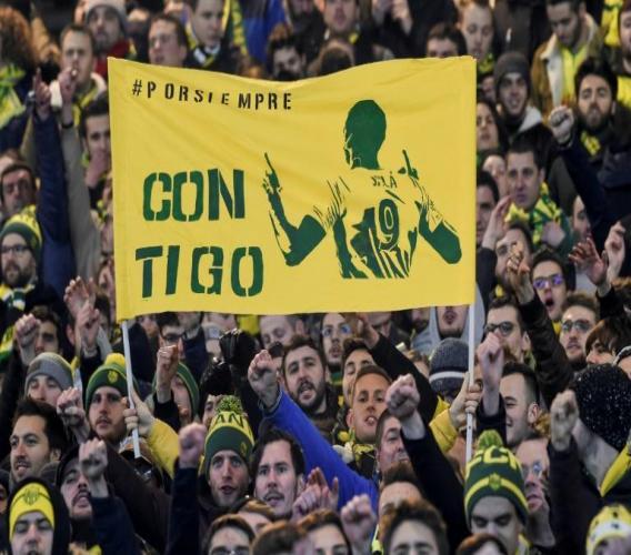 """Des supporters du FC Nantes affichent le message en espagnol """"pour toujours, avec toi"""" au côté de l'effigie d'Emiliano Sala, le 30 janvier 2019 à Nantes afp.com - SEBASTIEN SALOM GOMIS"""
