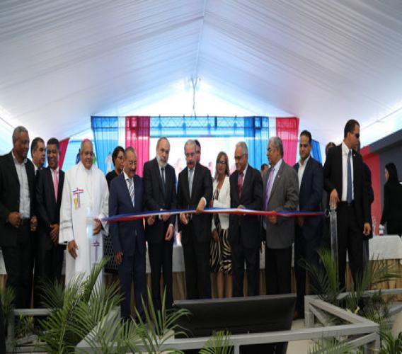 Le président Danilo Medina ainsi que d'autres responsables de l'Etat dominicain à l'inauguration officielle de l'hôpital./Photo: El Caribe