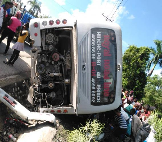 5 morts et plusieurs blessés dans un accident de circulation survenu, ce vendredi matin, à carrefour Nirvard, à bas Plateau central./Photo: Fournie par Garnel Michel.