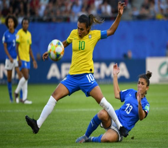 L'attaquant brésilienne Marta s'empare du record de buts en Coupe du monde, hommes et femmes confondus, avec 17 réalisations, en cinq éditions lors du match face à l'Italie à Valenciennes le 18 juin 2019