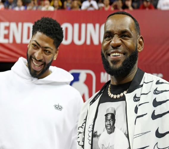 Lebron James (g) et Anthony Davis avant le match des Los Angeles Lakers contre les LA Clippers pour un match d'avant saison NBA, le 6 juillet 2019 à Las Vegas