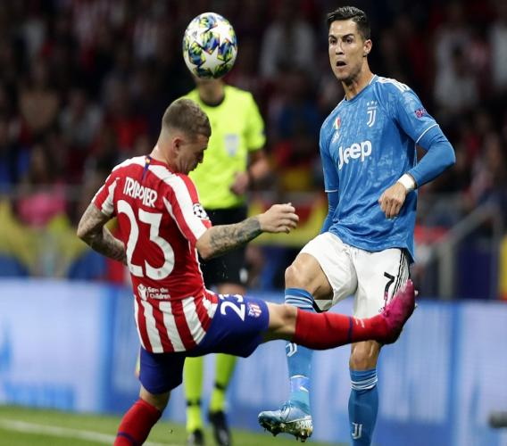Juventus' Cristiano Ronaldo fights for the ball with Atletico Madrid's Kieran Trippier during the Champions League Group D football  at Wanda Metropolitano stadium in Madrid, Spain, Wednesday, Sept. 18, 2019. (AP Photo/Manu Fernandez).