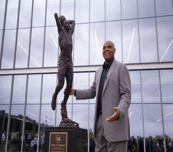 L'ex basketteur Charles Barkley à côté de sa statue à Philadelphie le 13 septembre 2019