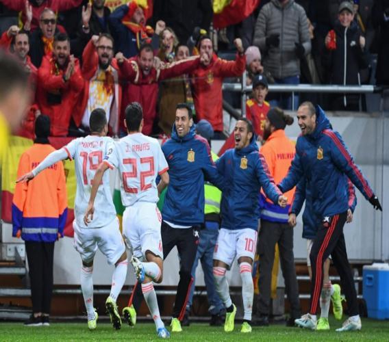Les Espagnols exultent après le but de Rodrigo qui envoie la Roja à l'Euro-2020, à la fin du match contre la Suède, le 15 octobre 2019 à Solna