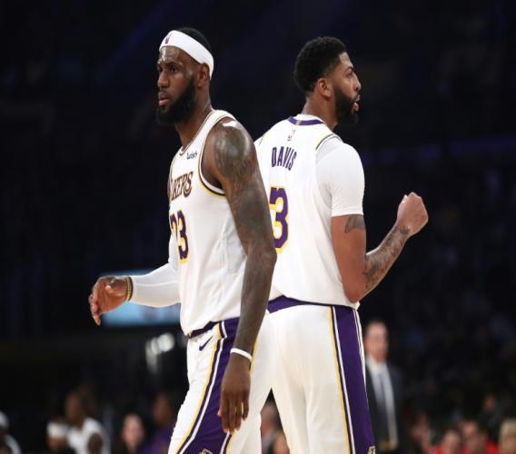 LeBron James (g) et Anthony Davis, des Los Angeles Lakers, le 16 octobre 2019 à Los Angeles