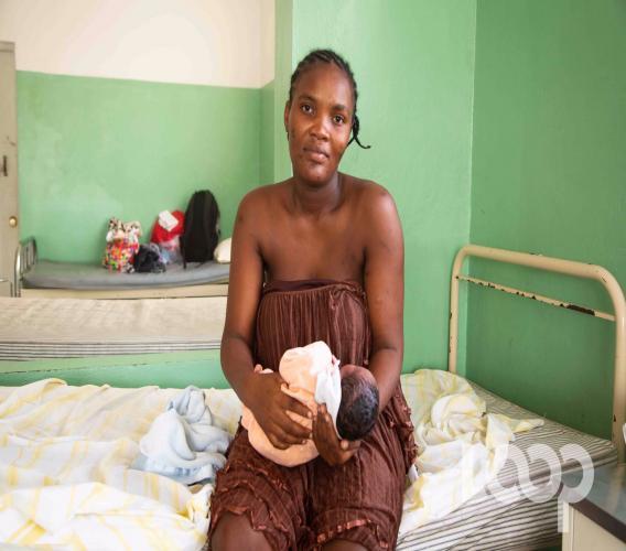 Blandine Pierre, la jeune femme qui a accouché d'un bébé dans la cour de Radiotélévision Caraïbes, ce dimanche 3 novembre. Crédit photo: Luckenson Jean/LoopHaiti
