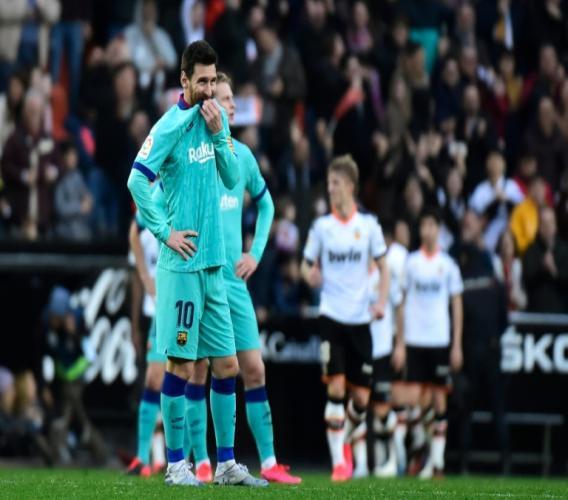 Lionel Messi dépité lors du match perdu par le FC Barcelone à Valence, le 25 janvier 2020. AFP / JOSE JORDAN