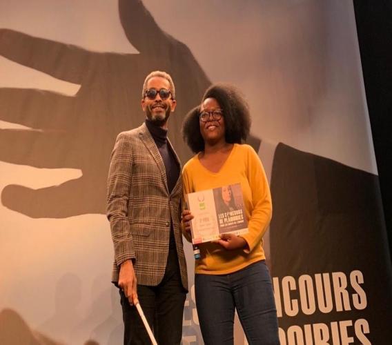 Séphora Joseph, 2ème lauréate du concours d'éloquence du Mémorial de Caen 2020, en compagnie d'Éric Chenut, Vice-Président délégué du groupe MGEN. Crédit photo: Éric Chenut/Twitter