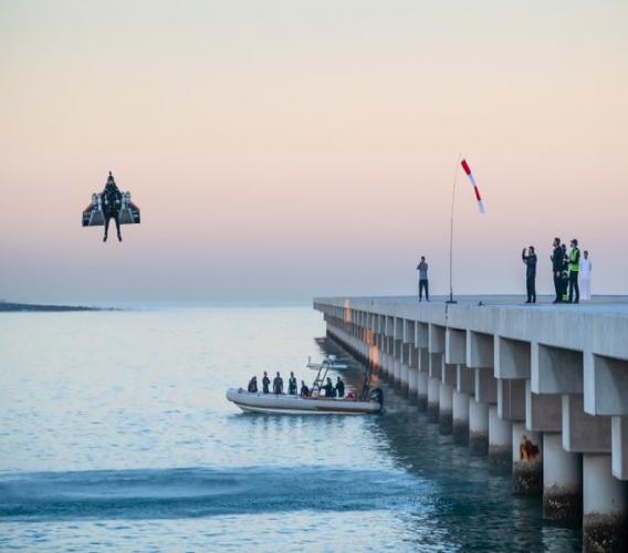 Vol «historique» de l'«homme avion» dans le ciel de Dubaï. Photo: AFP