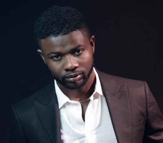 """Sur la photo, Djeffson Athis dit """"Nèg Ti Karol La"""", le jeune entrepreneur haïtien devenu millionaire aux Etats-Unis, grace a l'internet."""
