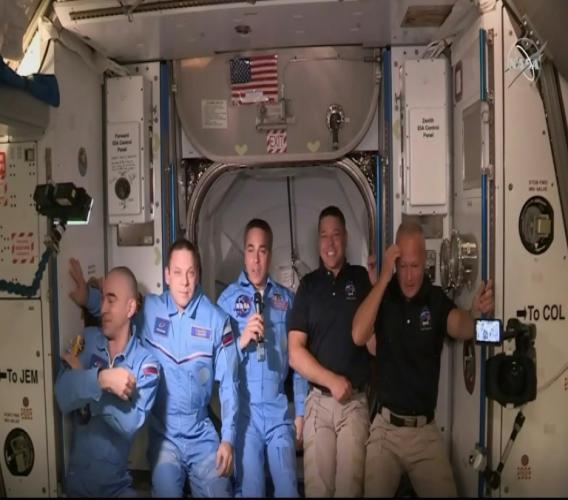 Les deux astronautes de la Nasa transportés par la capsule de SpaceX, Bob Behnken et Doug Hurley, à leur arrivée dans l'ISS, le 31 mai 2020, dans cette photo transmise par la NASA