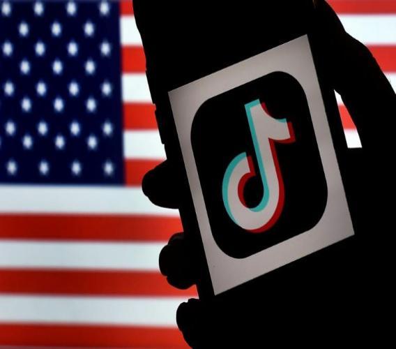 Le logo de l'application Tiktok devant un drapeau américain, le 3 août 2020 à Arlington en Virginie afp.com - Olivier DOULIERY