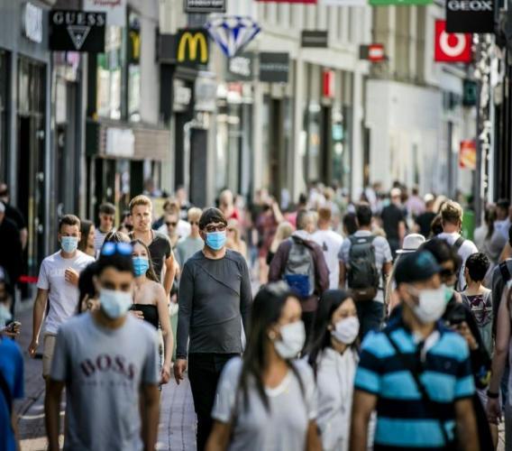 Piétons masqués à Amsterdam le 5 août 2020 afp.com - Remko DE WAAL