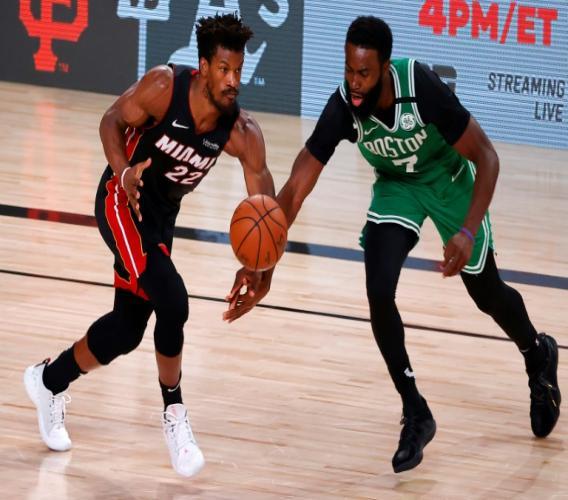 Jaylen Brown (d) des Boston Celtics à la lutte avec Jimmy Butler du Miami Heat lors du 3e match de la finale de Conférence Est en NBA le 19 septembre 2020 à Lake Buena Vista en Floride