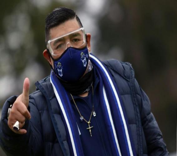 Diego Maradona porte un masque de protection lors d'un entraînement de son équipe Gimnasia y Escrima la Plata, le 1er septembre 2020 à La Plata, près de Buenos Aires afp.com - Eva PARDO