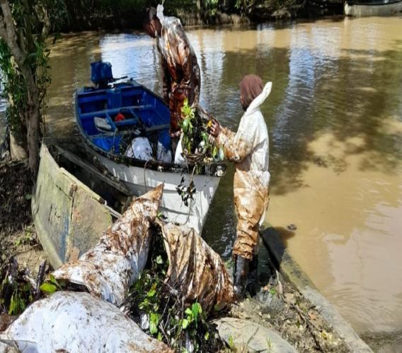 File: Heritage oil spill at Godineau River.