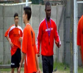 A droite, l'entraîneur haïtien Alcel Faugues (equipement Adidas) sur un terrain de jeu en Argentine.