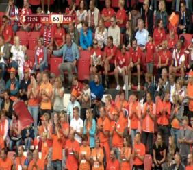 Tijdens de 32e minuut begon het publiek spontaan staand te applaudisseren. (Foto: NOS beeldmateriaal)