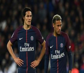 Les attaquants du PSG Edinson Cavani et Neymar Jr avant un coup franc face au mur lyonnais, le 18 septembre 2017 au Parc des Princes.