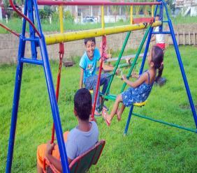 Spelende kinderen. Foto: Loop Suriname Archief. DISCLAIMER: Kinderen op afbeelding zijn niet geassocieerd met dit nieuwsartikel.